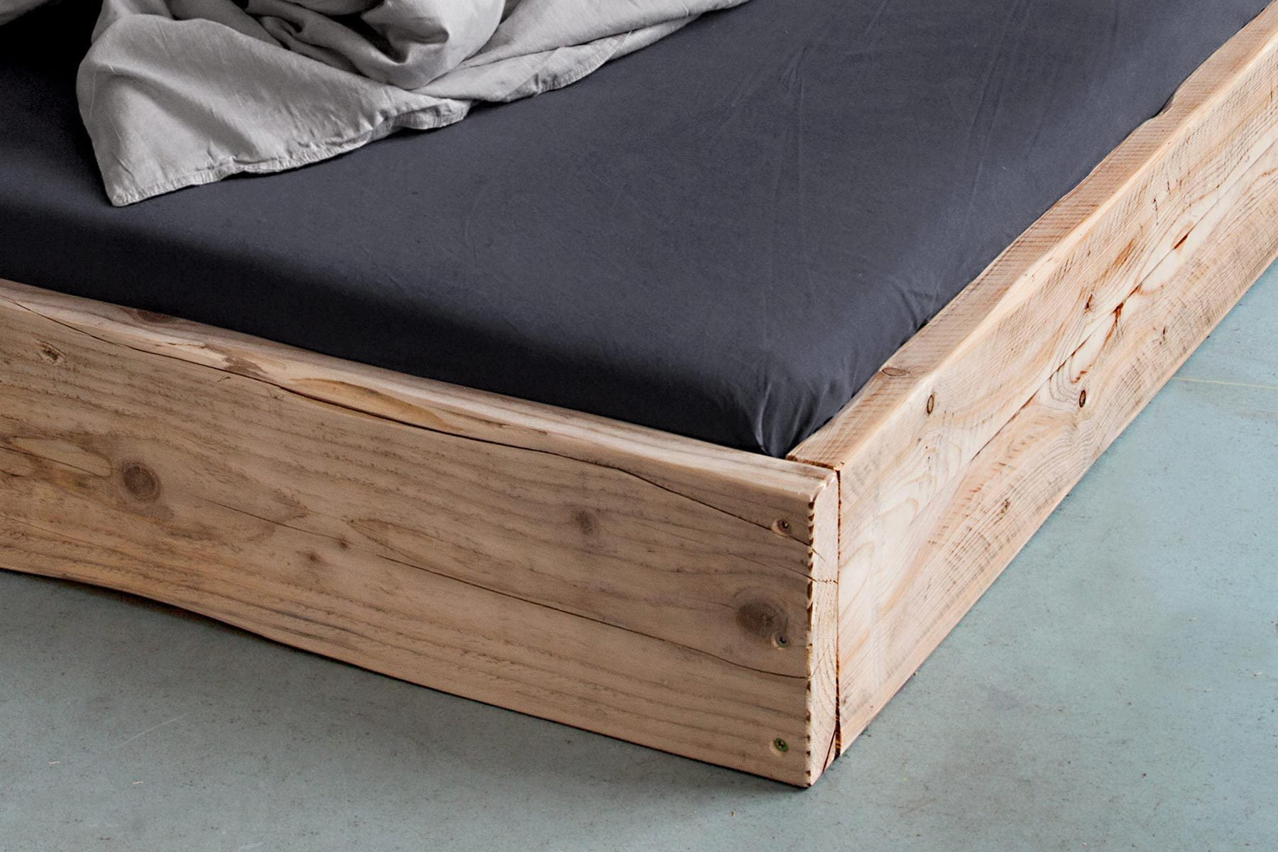 Detail Bett aus Bauholz LOW UpCycle Berlin reclaimed wood bed