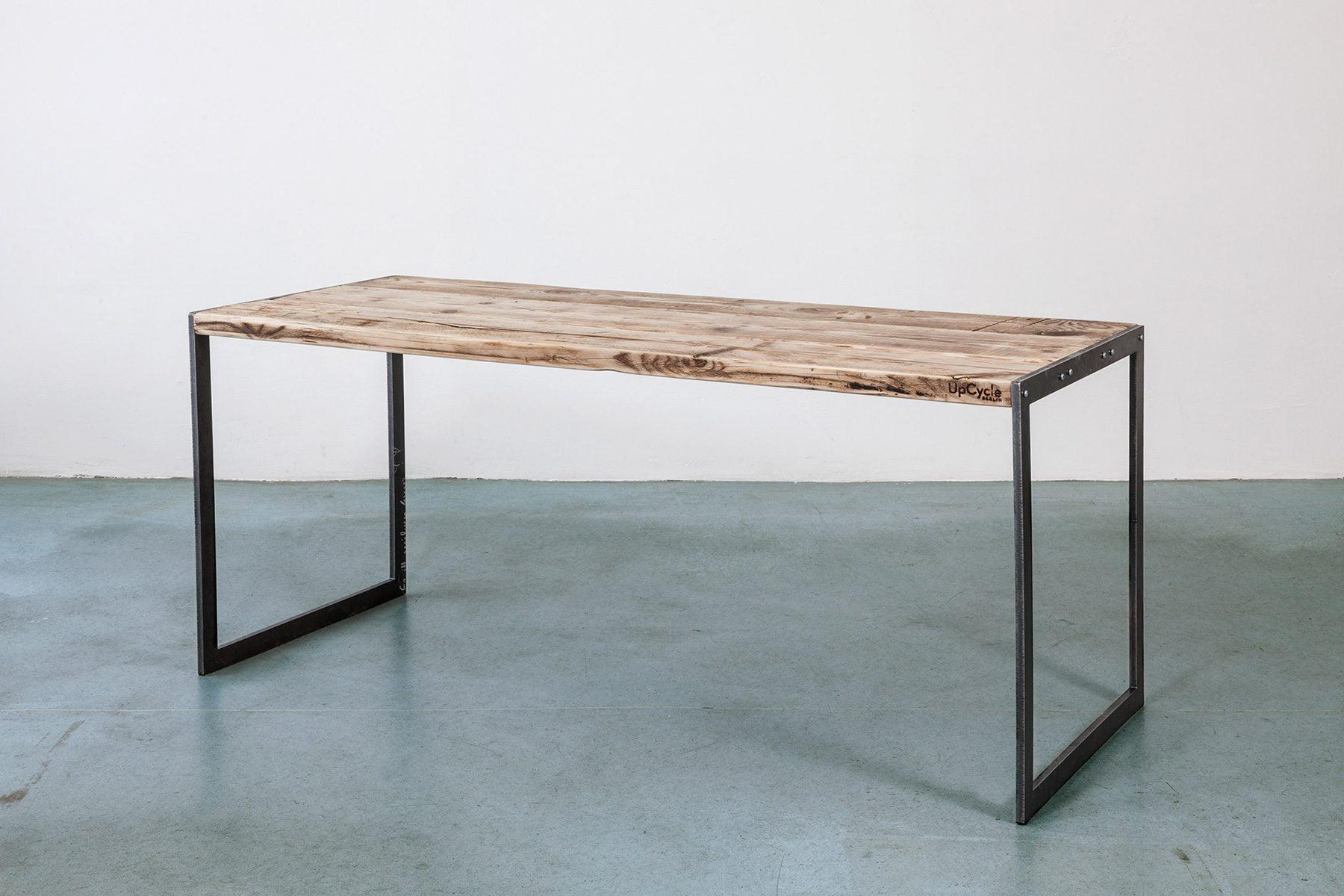 Deign Tisch im Industiral Stil Look altes Massivholz Bauholz nach Mass UpCycle Berlin Plate