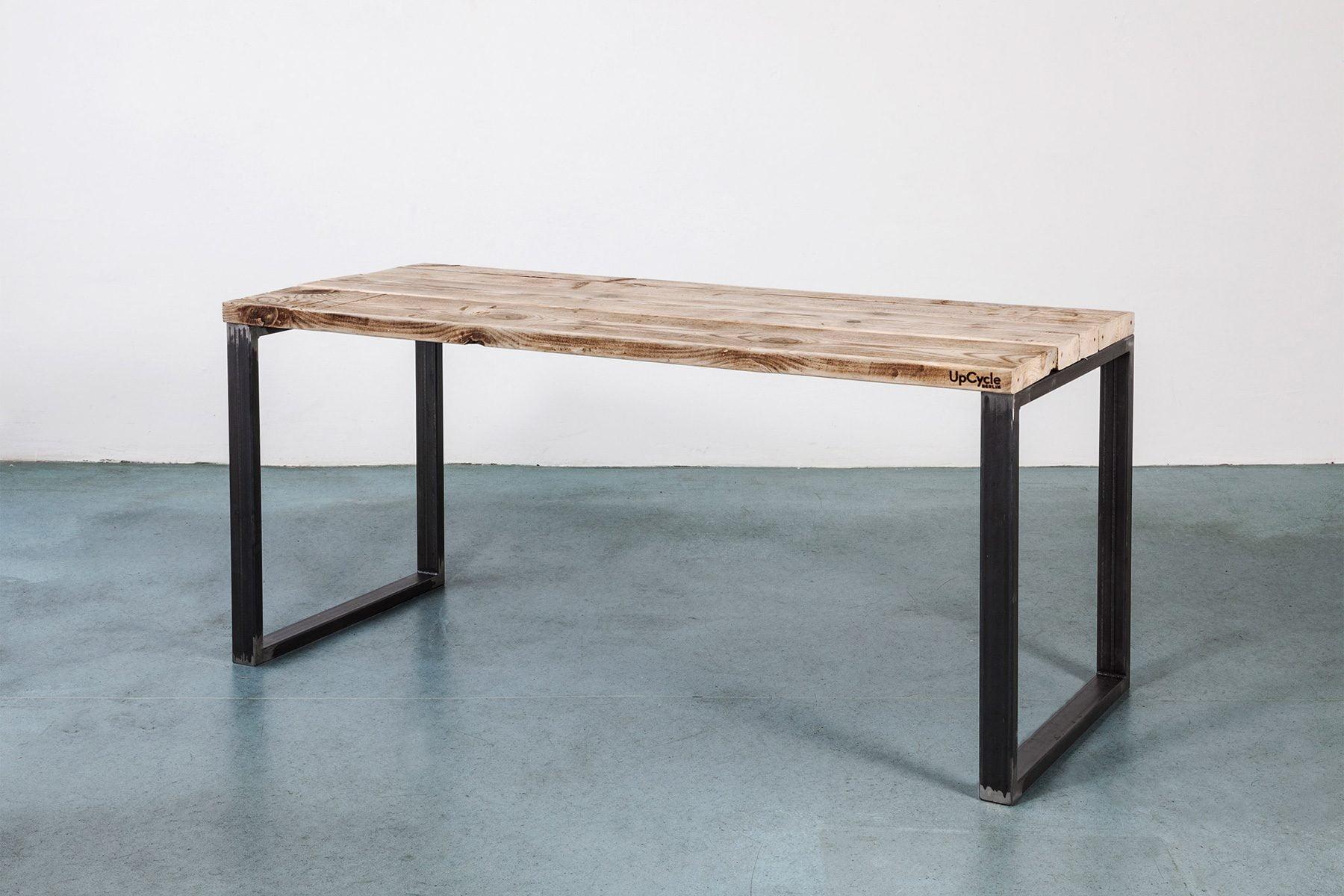 Massivholztisch aus altem Bauholz UpCycle-berlin_SQUARE_Tisch auf Kufen