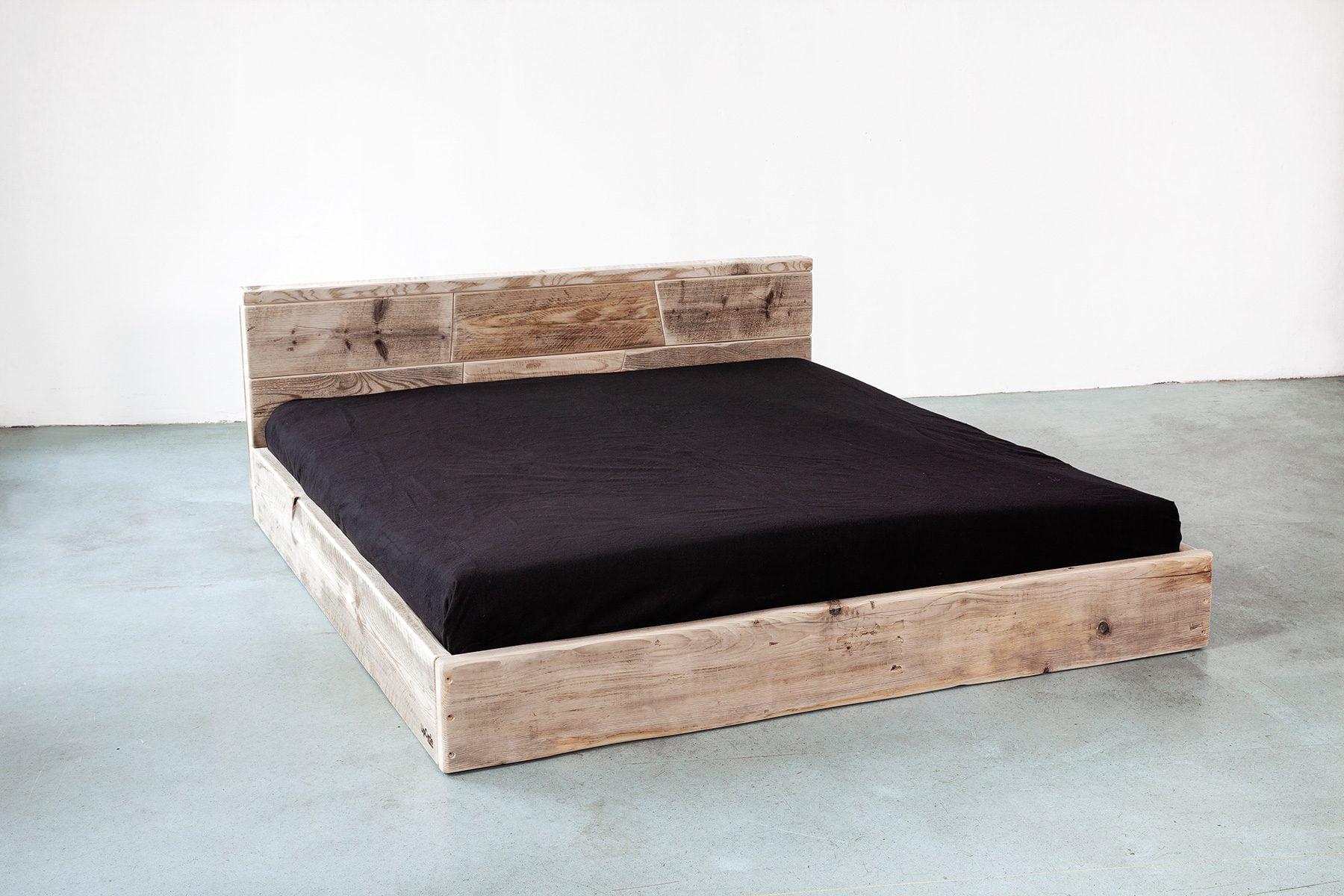 Massivholz Bett mit großer Lehne Kopfteil aus Bauholz nach Mass UpCycle Berlin