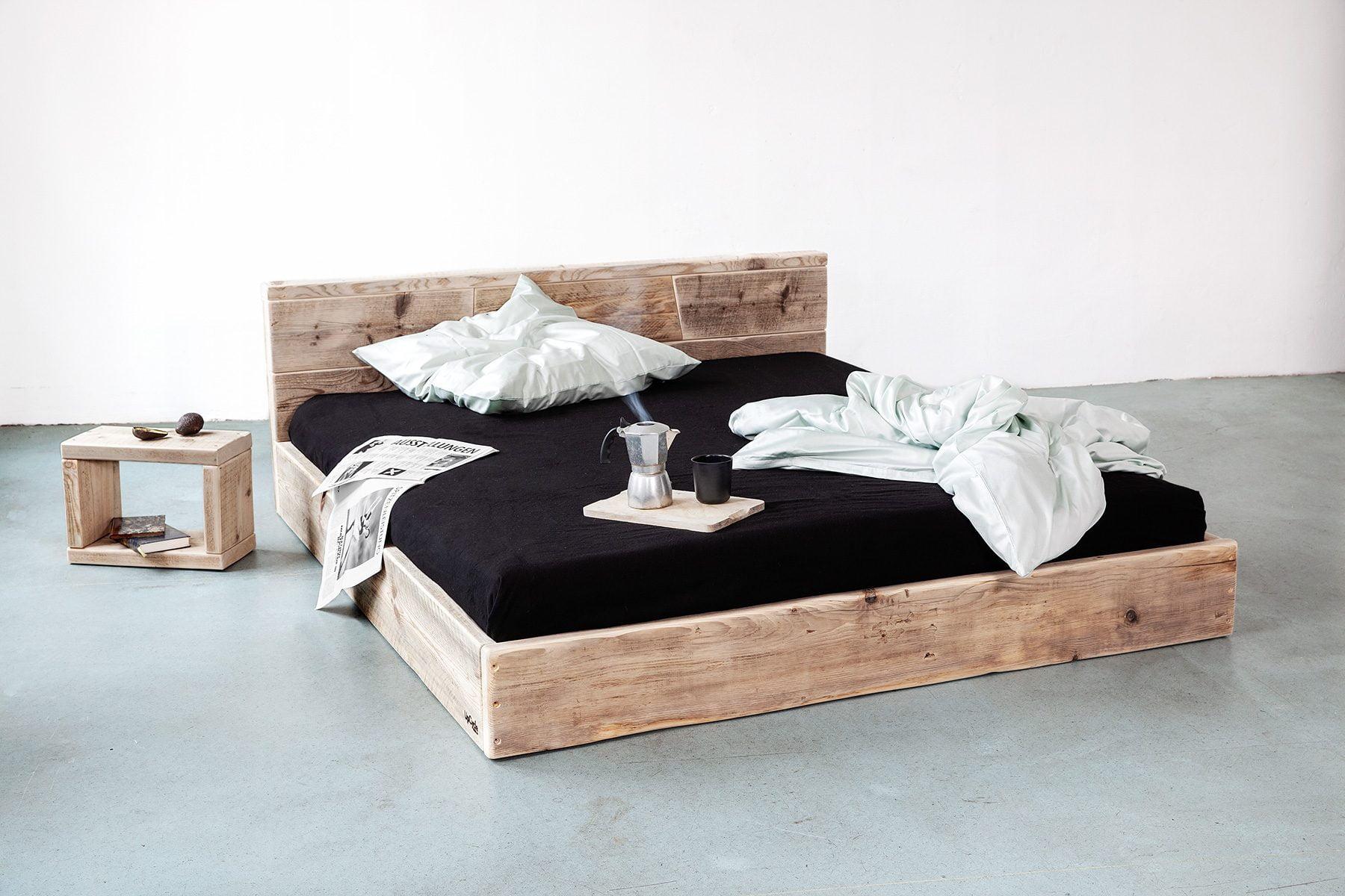 Massivholz Bett mit Lehne aus Bauholz nach Mass UpCycle Berlin