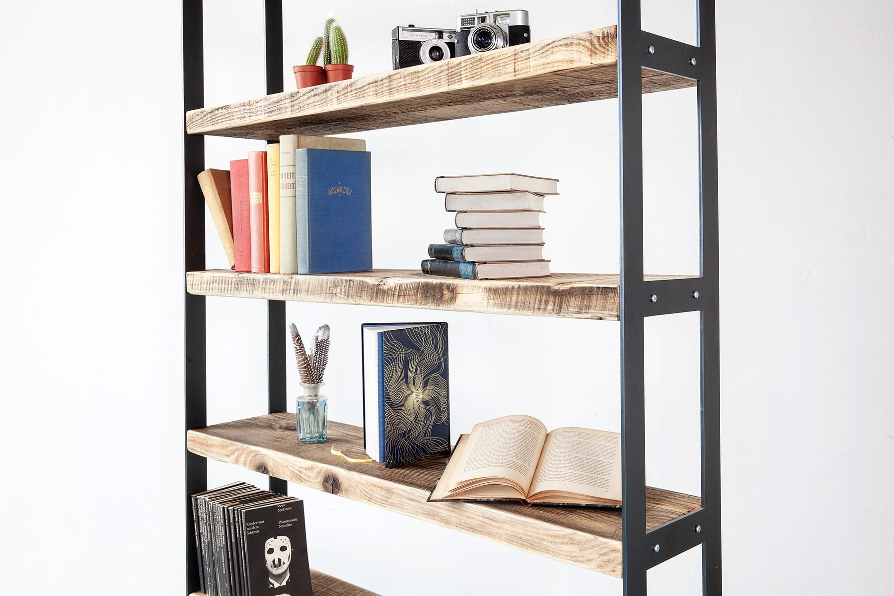 Bücherregal Massivholz im Industrial Look nach Mass UpCycle Berlin
