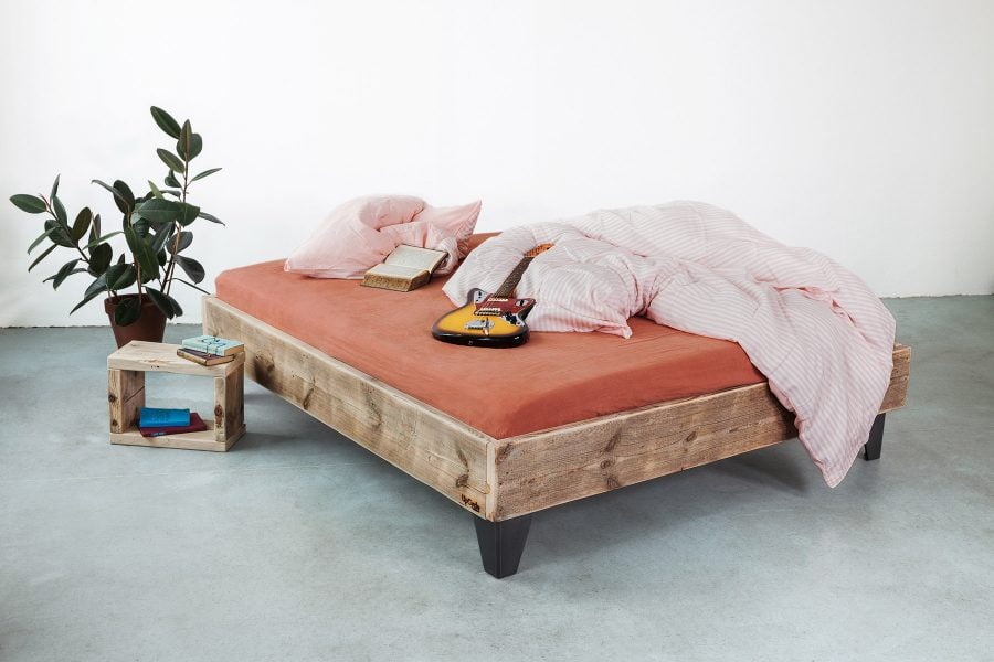 UpCycle-Berlin-Bett-Model-AMIT-aus-Bauholz-CUBE-Fender-Jazz-Nachttisch