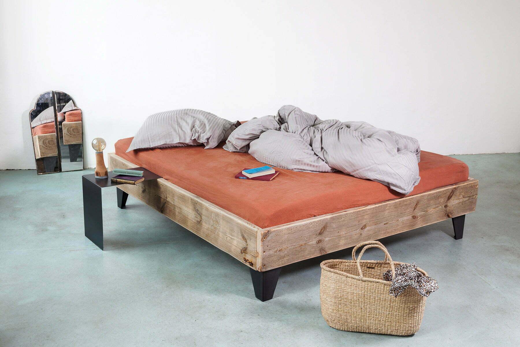 UpCycle-Berlin-Bett-Model-AMIT-aus-Bauholz-Spiegel-Metall-Nachttisch
